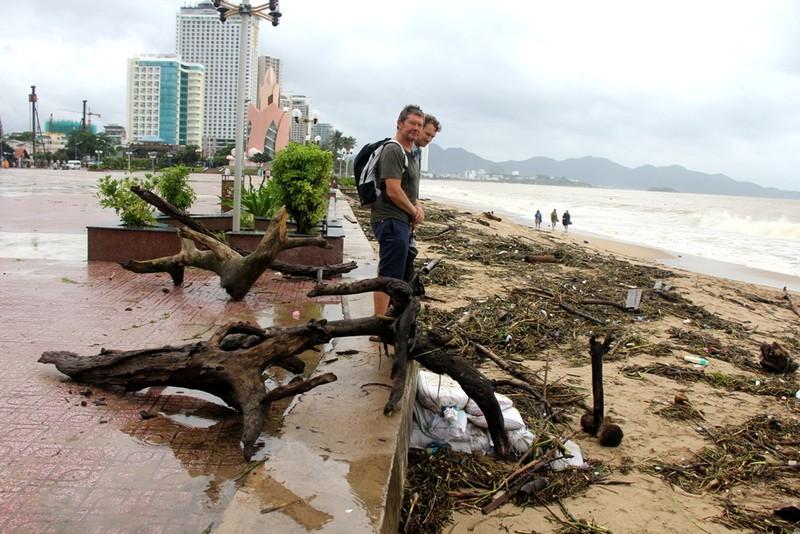 Bãi biển Nha Trang ngập rác trong những ngày mưa - ảnh 7