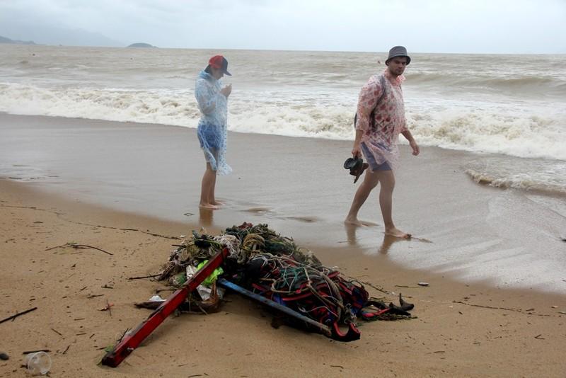 Bãi biển Nha Trang ngập rác trong những ngày mưa - ảnh 3