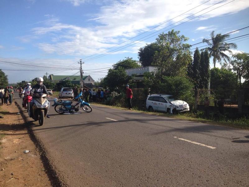 Taxi tông xe máy, 3 người thương vong - ảnh 1