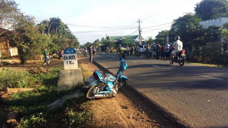 Taxi tông xe máy, 3 người thương vong - ảnh 2