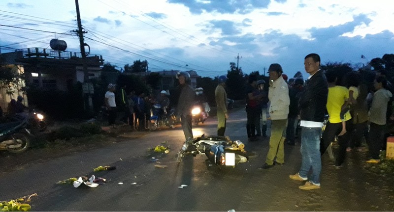 Xe máy chở một gia đình bị tông, 6 người trọng thương - ảnh 1