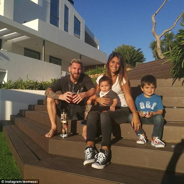 Messi mua luôn nhà của hàng xóm vì họ quá… ồn ào - ảnh 1