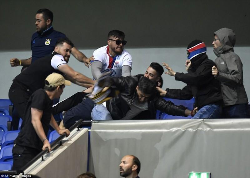 Thêm một trận đấu ở Cúp châu Âu suýt bị hủy vì bạo động - ảnh 13