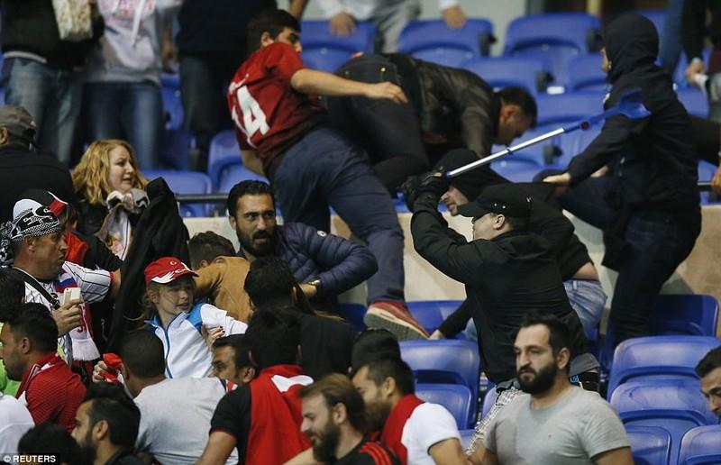 Thêm một trận đấu ở Cúp châu Âu suýt bị hủy vì bạo động - ảnh 1
