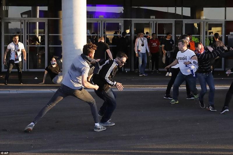 Thêm một trận đấu ở Cúp châu Âu suýt bị hủy vì bạo động - ảnh 17
