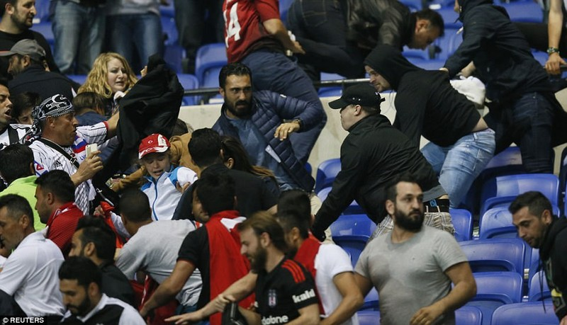 Thêm một trận đấu ở Cúp châu Âu suýt bị hủy vì bạo động - ảnh 5