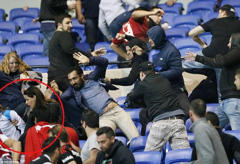 Thêm một trận đấu ở Cúp châu Âu suýt bị hủy vì bạo động - ảnh 6