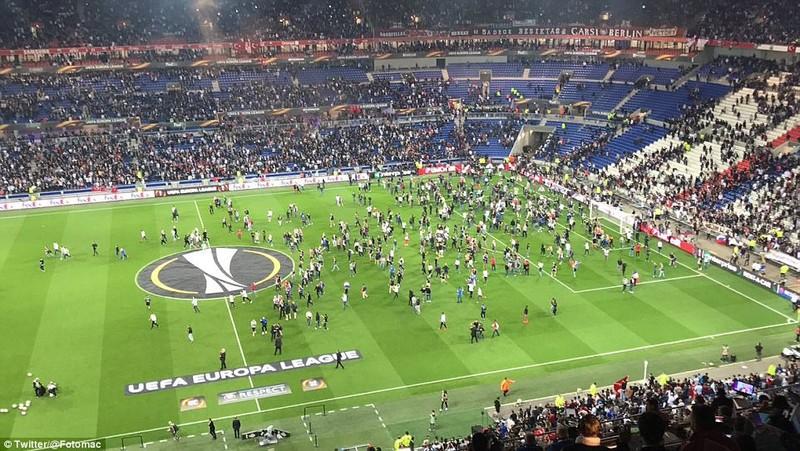 Thêm một trận đấu ở Cúp châu Âu suýt bị hủy vì bạo động - ảnh 7