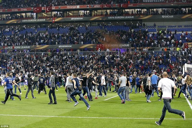 Thêm một trận đấu ở Cúp châu Âu suýt bị hủy vì bạo động - ảnh 8