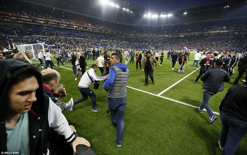 Thêm một trận đấu ở Cúp châu Âu suýt bị hủy vì bạo động - ảnh 9