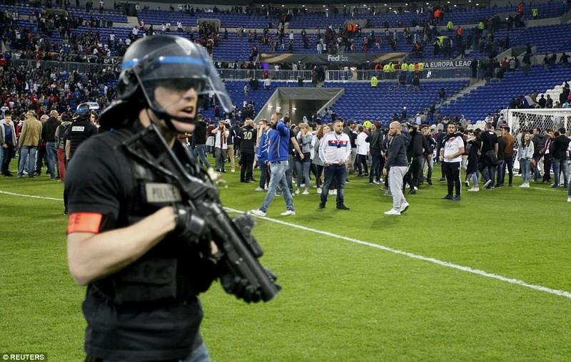 Thêm một trận đấu ở Cúp châu Âu suýt bị hủy vì bạo động - ảnh 10