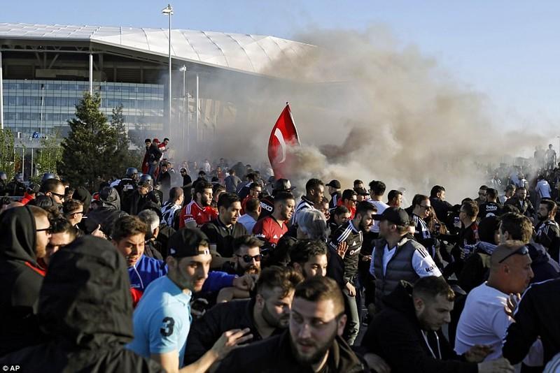 Thêm một trận đấu ở Cúp châu Âu suýt bị hủy vì bạo động - ảnh 16