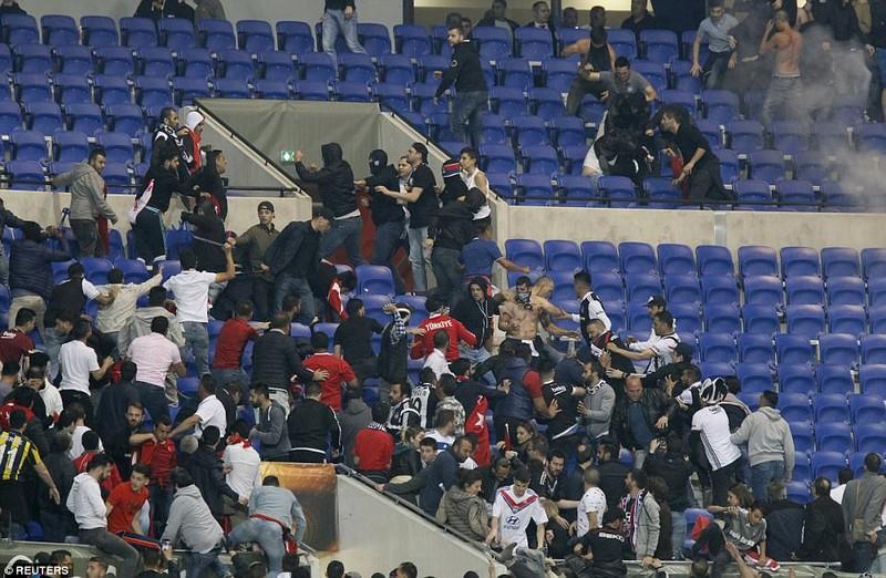 Thêm một trận đấu ở Cúp châu Âu suýt bị hủy vì bạo động - ảnh 14