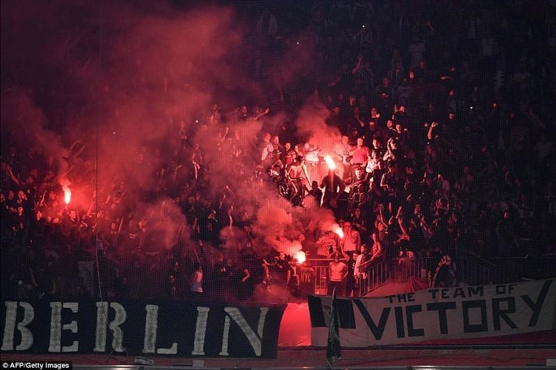 Thêm một trận đấu ở Cúp châu Âu suýt bị hủy vì bạo động - ảnh 15