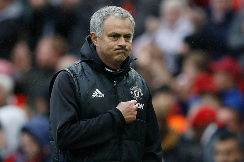 Mourinho nâng niu logo MU,nhắc chuyện xưa 'mỉa' Chelsea - ảnh 2