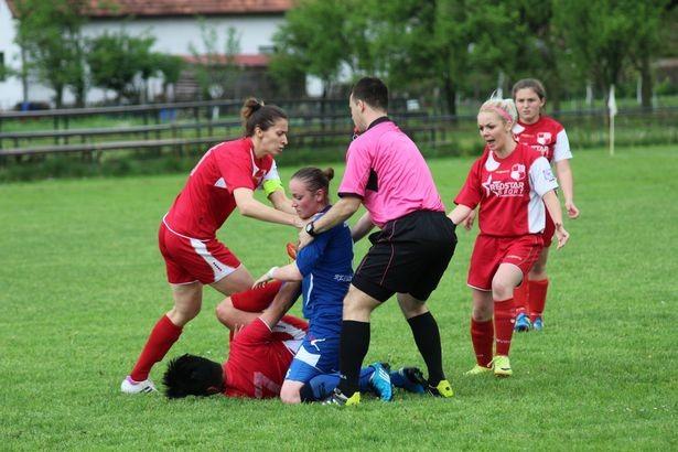 Cầu thủ nữ đè, đấm đối thủ liên tục như trên võ đài - ảnh 2