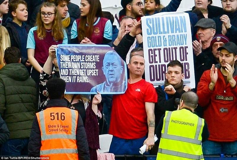 Toàn cảnh vụ Fan WestHam tràn xuống SVĐ London làm loạn - ảnh 17