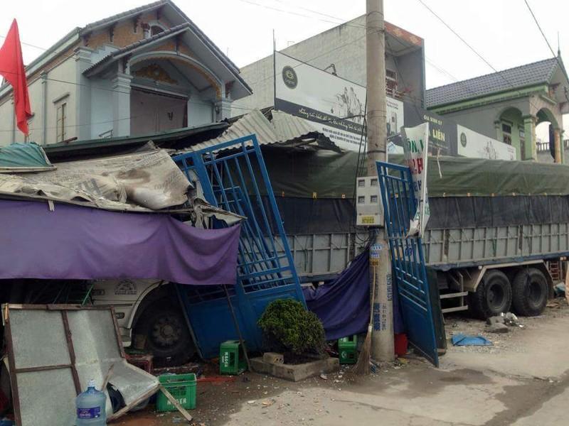 Xe tải mất lái tông sập năm ngôi nhà - ảnh 1