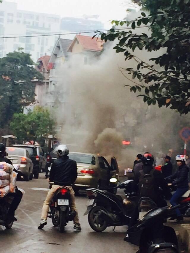 Hà Nội: Xế hộp đang chạy bất ngờ bốc cháy dữ dội - ảnh 1