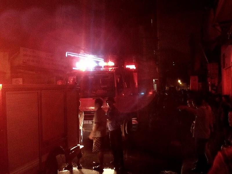 Lửa bùng cháy sau tiếng nổ lớn từ ngôi nhà trong hẻm - ảnh 2
