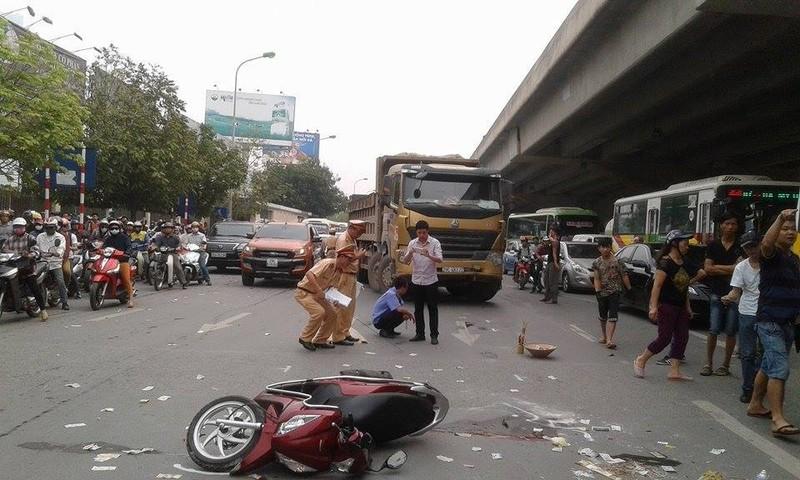 Xe máy va chạm xe tải, một người tử vong tại chỗ - ảnh 1