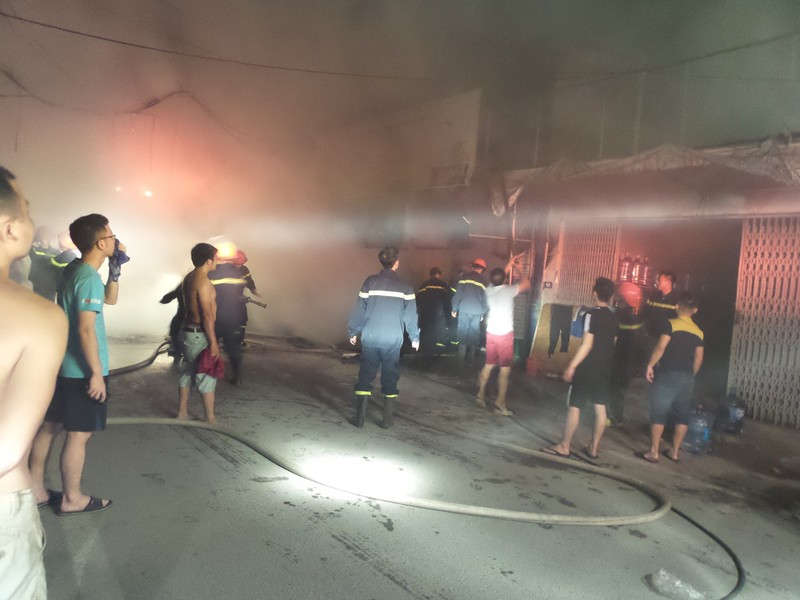 Một cửa hàng khóa trái bốc cháy trong đêm - ảnh 1