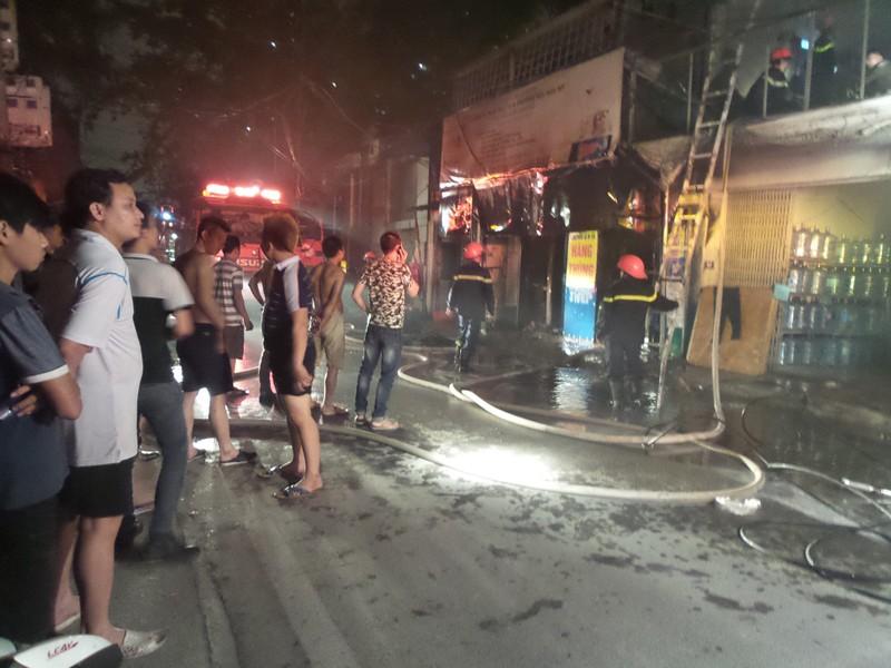 Một cửa hàng khóa trái bốc cháy trong đêm - ảnh 2