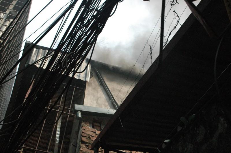 Sau tiếng nổ, người đàn ông chạy thoát thân khỏi đám cháy - ảnh 1