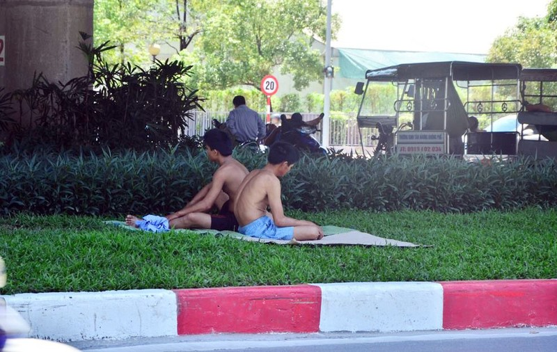 Chùm ảnh: 101 kiểu người Hà Nội trốn nắng nóng kỷ lục - ảnh 13
