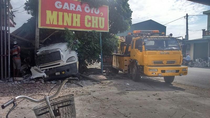 Xe container bất ngờ đâm vào nhiều nhà dân ven quốc lộ  - ảnh 2
