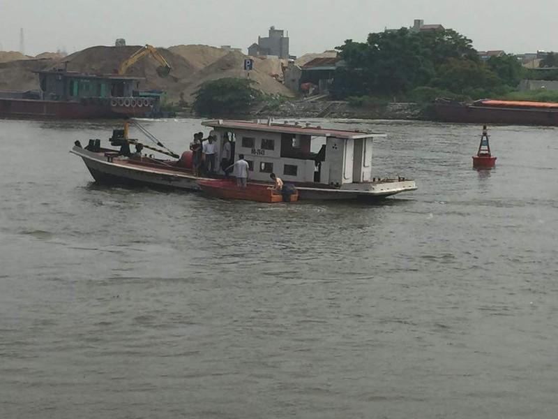 Tàu chìm xuống sông, 5 người may mắn thoát chết - ảnh 1
