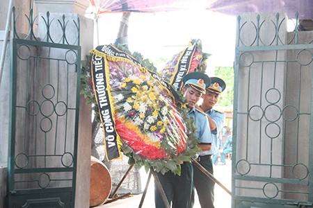 Lễ viếng đẫm nước mắt nơi quê nhà đại tá Khải - ảnh 4