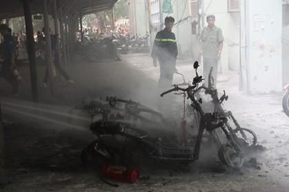 Cháy trong nhà để xe ĐH Quốc gia Hà Nội, nhiều người hoảng loạn - ảnh 5