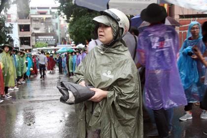 Tình nguyện viên đội mưa che chắn cho sĩ tử - ảnh 11