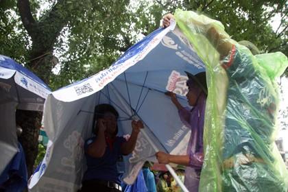 Tình nguyện viên đội mưa che chắn cho sĩ tử - ảnh 10