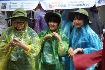 Tình nguyện viên đội mưa che chắn cho sĩ tử - ảnh 12