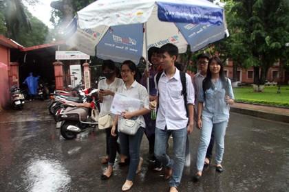 Tình nguyện viên đội mưa che chắn cho sĩ tử - ảnh 14