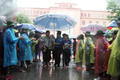 Tình nguyện viên đội mưa che chắn cho sĩ tử - ảnh 15