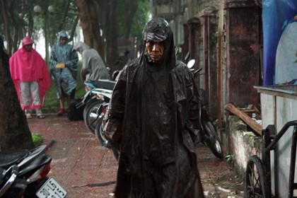 Tình nguyện viên đội mưa che chắn cho sĩ tử - ảnh 3