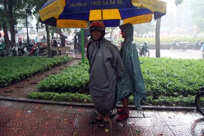 Tình nguyện viên đội mưa che chắn cho sĩ tử - ảnh 4