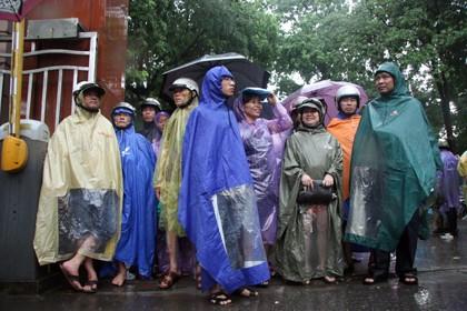 Tình nguyện viên đội mưa che chắn cho sĩ tử - ảnh 5