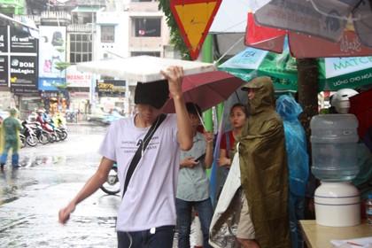 Tình nguyện viên đội mưa che chắn cho sĩ tử - ảnh 7