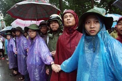 Tình nguyện viên đội mưa che chắn cho sĩ tử - ảnh 9