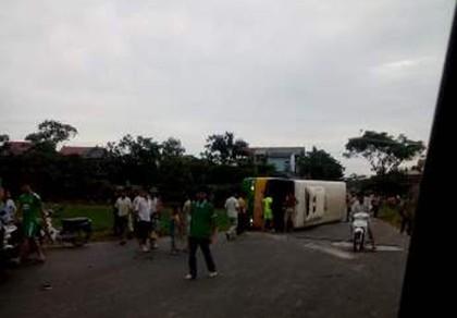 Va chạm xe buýt và taxi, 21 người bị thương - ảnh 1