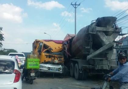 Va chạm giữa xe bồn và xe tải, hai tài xế nguy kịch - ảnh 1