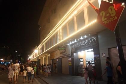 Nhộn nhịp phố đi bộ tối ngày 2-9 tại Thủ đô - ảnh 1
