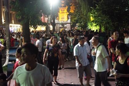 Nhộn nhịp phố đi bộ tối ngày 2-9 tại Thủ đô - ảnh 2