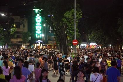 Nhộn nhịp phố đi bộ tối ngày 2-9 tại Thủ đô - ảnh 5