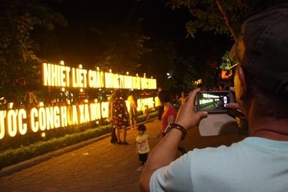 Nhộn nhịp phố đi bộ tối ngày 2-9 tại Thủ đô - ảnh 7