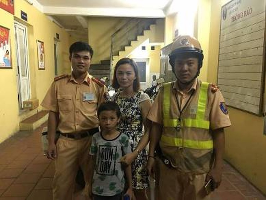 CSGT giúp 1 cháu bé đi lạc ở phố đi bộ tìm lại người thân - ảnh 1